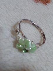 指輪デザインは緑色の花柄