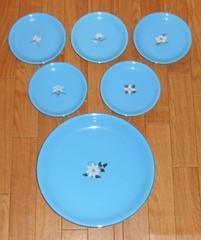 大変美しい青色、かわいい花の絵入りたち吉お皿セット