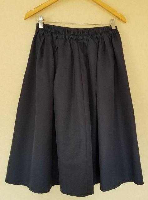 大きいサイズもOK  ミモレ丈タックフレアースカート < 女性ファッションの