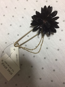 ブラック 革のお花と2連チェーンのピンブローチ