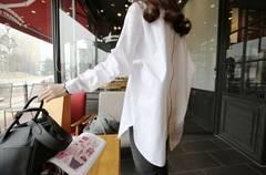背中ジッパーの白シャツ ロング丈ルーズ シャツ チュニック
