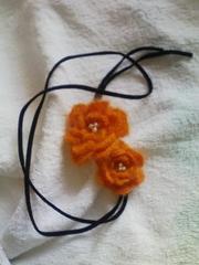 手編み花モチーフ(オレンジ)とフェイクレザーのチョーカー