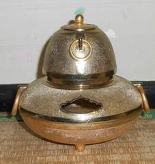 美しい金属製金色の茶釜置物15cmX13cm程です。