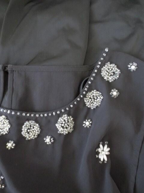 Neela/ビジューパール装飾シフォンサテンドレスワンピース/黒 < 女性ファッションの