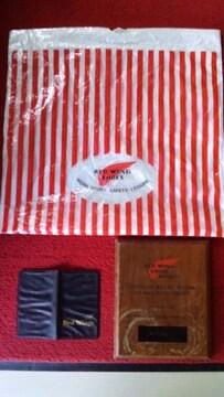 珍しいレッドウィングショップ用の楯とノベルティとショップ袋