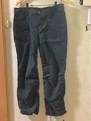 3L裾シャーリングの薄地黒ロングパンツ