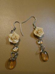 薔薇付きシルバーフックロングピアスベージュブラウンお花バラ