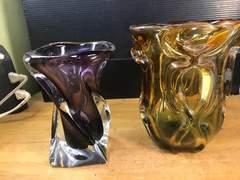 アンティーク、吹きガラスの花入を二点。どちらもウランガラス。