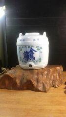 骨董。珍品。戦前の陶器の酒樽を、自然木の立派な台に載せました