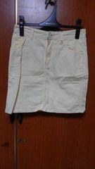 �A淡い黄色のスカート