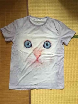 ブルーアイ猫フェイス転写プリントTシャツ。ラベンダー